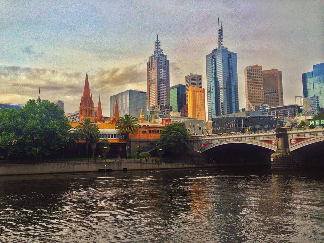 melbourne skyline pic on river